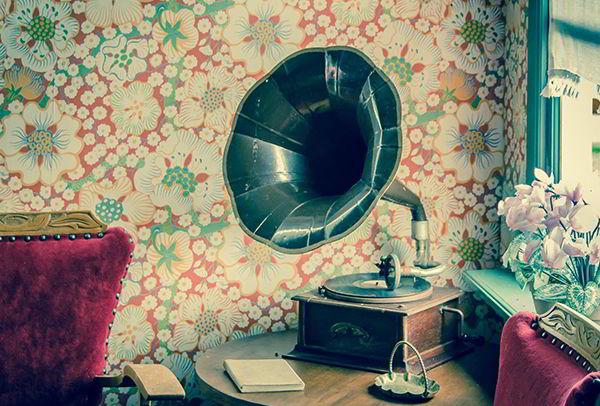Ein altes Grammophon steht auf einem Holztisch