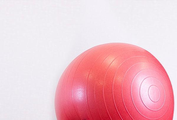 Ein rötlicher Gymnastikball